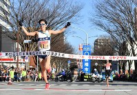 Asahi Kasei Corp. running team anchor Shuho Dairokuno, foreground, crosses the finish line to win the New Year Ekiden in the city of Maebashi, Gunma Prefecture, north of Tokyo, on Jan. 1, 2019. (Mainichi/Toshiki Miyama)