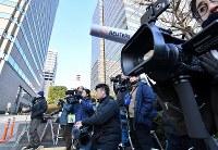 日産のカルロス・ゴーン前会長が勾留理由開示裁判に出廷するのを前に集まった報道陣=東京都千代田区で2019年1月8日午前8時40分、宮間俊樹撮影