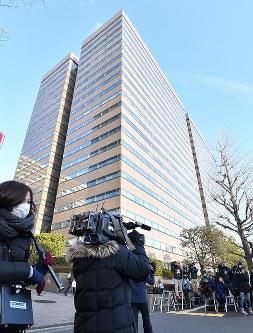 日産のカルロス・ゴーン前会長が勾留理由開示裁判に出廷するのを前に集まった報道陣=東京都千代田区で2019年1月8日午前8時12分、宮間俊樹撮影