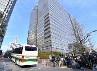 日産のカルロス・ゴーン前会長が勾留理由開示裁判に出廷するのを前に集まった報道陣=東京都千代田区で2019年1月8日午前9時35分、宮間俊樹撮影