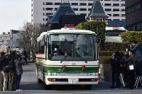東京地裁を出るカルロス・ゴーン容疑者を乗せたとみられる車=東京都千代田区で2019年1月8日午後0時50分、宮間俊樹撮影