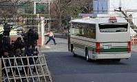 東京地裁から東京拘置所へ戻る車両=東京都葛飾区で2019年1月8日午後1時17分、梅村直承撮影
