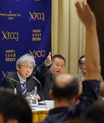 記者会見で記者たちの質問を受ける大鶴基成弁護士(左)=東京都千代田区の日本外国特派員協会で2019年1月8日午後4時22分、宮武祐希撮影