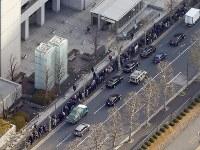 日産自動車前会長のカルロス・ゴーン容疑者の勾留理由開示手続きが開かれる東京地裁付近にできた傍聴席を求めて並ぶ人の列=東京都千代田区で2018年1月8日午前8時53分、本社ヘリから