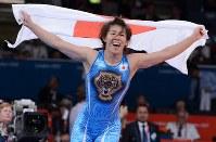【五輪ロンドン大会】レスリング女子55キロ級で3連覇を果たし、日の丸を掲げて喜びを爆発させる吉田沙保里=ロンドンのエクセルで2012年8月9日、西本勝撮影