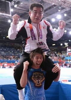 【五輪ロンドン大会】レスリング女子55キロ級で五輪3連覇を果たし、父・栄勝さんを肩車して叫ぶ吉田沙保里選手=ロンドンのエクセルで2012年8月9日、西本勝撮影