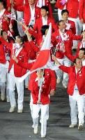 【五輪ロンドン大会】開会式で、日本の選手たちの先頭で旗手をつとめる吉田沙保里選手=ロンドンの五輪スタジアムで2012年7月27日、望月亮一撮影