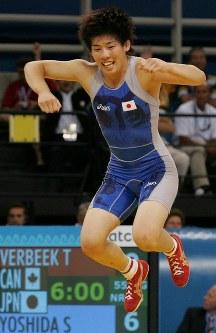 【五輪アテネ大会】金メダルを取って喜ぶ吉田沙保里=アノリオシア・ホールで2004年、川田雅浩写す