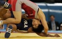 【五輪アテネ大会】レスリング女フリースタイル55㌔級準決勝でゴミスに勝ち決勝へ進んだ吉田=アノリオシア・ホールで2004年、小関勉写す