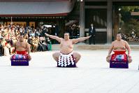奉納土俵入りを披露する横綱稀勢の里(中央)。露払い輝(右)、太刀持ち松鳳山(左)=東京都渋谷区代々木神園町の明治神宮で2019年1月8日午後3時28分、松田嘉徳撮影
