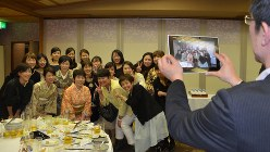 40歳を機会に行われた「2回目の成人式」の参加者たち。=高知市で2015年1月