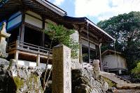 山腹の寂しい寺に陽が差し込んできた=奈良県川上村神之谷の金剛寺で