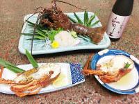 塩焼き(左下)、具足煮(右下)、刺し身のイセエビ料理=三重県鳥羽市の答志島で、松井宏員撮影