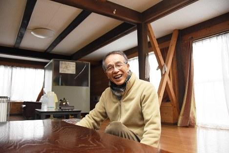 自宅大広間で「ここに来ると、昔を思い出して胸がキュンとする」と話す松本朗さん
