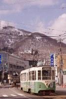 北海道函館市の市街地の西にそびえる函館山。市民の身近な存在だ=2011年3月、中澤雄大撮影
