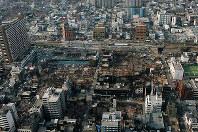 震災から約3週間後に撮影されたJR新長田駅前の航空写真。建物の焼け跡が分かる=神戸市長田区で1995年2月8日、小林郁雄さん撮影