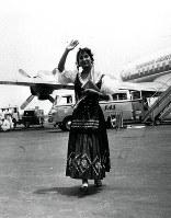旅客機による世界早回り新記録に挑戦し、羽田に戻った兼高かおるさん=1958年07月撮影