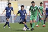 アジア杯【日本・トルクメニスタン】日本MF柴崎がトルクメニスタンのアタエフをコントロールする=UAEのアブダビで2019年1月9日、AP