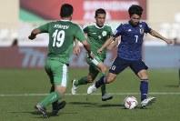 アジア杯【日本・トルクメニスタン】トルクメニスタンのアタエフ、バティロフを抜く日本のMF柴崎=UAEのアブダビで2019年1月9日、AP