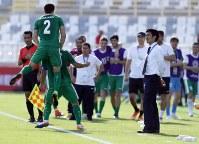 アジア杯【日本・トルクメニスタン】前半、先制ゴールを決め喜ぶトルクメニスタンの選手と、厳しい表情の日本・森保監督(右)=UAEのアブダビで2019年1月9日、AP