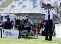 アジア杯【日本・トルクメニスタン】前半、厳しい表情の日本・森保監督(右)=UAEのアブダビで2019年1月9日、AP