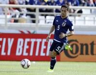 アジア杯【日本・トルクメニスタン】ボールを追う日本・長友=UAEのアブダビで2019年1月9日、AP