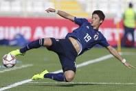 アジア杯【日本・トルクメニスタン】クリアする日本の酒井=UAEのアブダビで2019年1月9日、AP