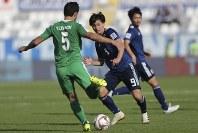 アジア杯【日本・トルクメニスタン】攻め込むトルクメニスタンのイルヤソフを止めに行く日本の南野=UAEのアブダビで2019年1月9日、AP