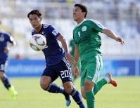 アジア杯【日本・トルクメニスタン】トルクメニスタンのオラサヘドフと競り合う日本の槙野=UAEのアブダビで2019年1月9日、AP