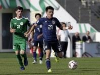 アジア杯【日本・トルクメニスタン】攻め込む日本の堂安=UAEのアブダビで2019年1月9日、AP