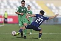 アジア杯【日本・トルクメニスタン】トルクメニスタンのアタエフと競り合う日本の堂安=UAEのアブダビで2019年1月9日、AP