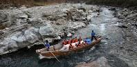こたつ船に乗って景色を楽しむ人たち=埼玉県長瀞町で佐々木順一撮影