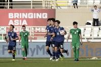 アジア杯【日本・トルクメニスタン】逆転ゴールを決めて喜ぶ大迫=UAEのアブダビで2019年1月9日、AP
