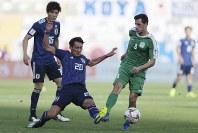 アジア杯【日本・トルクメニスタン】トルクメニスタンのミンガゾフのボールをクリアする槙野=UAEのアブダビで2019年1月9日、AP