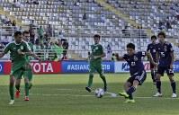 アジア杯【日本・トルクメニスタン】日本の3点目のゴールを決める堂安=UAEのアブダビで2019年1月9日、AP