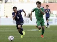 アジア杯【日本・トルクメニスタン】トルクメニスタンのヤクシエフと競り合う日本の長友=UAEのアブダビで2019年1月9日、AP