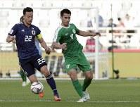 アジア杯【日本・トルクメニスタン】トルクメニスタンのアンナドゥルディエフと競り合う日本の吉田=UAEのアブダビで2019年1月9日、AP