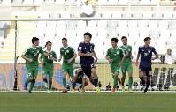 アジア杯【日本・トルクメニスタン】日本の3点目のゴールを決めた堂安=UAEのアブダビで2019年1月9日、AP