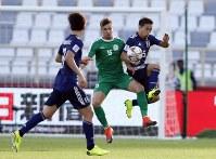 アジア杯【日本・トルクメニスタン】トルクメニスタンのティトフと競り合う日本の長友=UAEのアブダビで2019年1月9日、AP