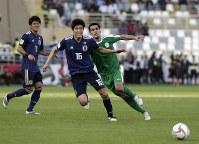 アジア杯【日本・トルクメニスタン】ボールを追う日本の冨安=UAEのアブダビで2019年1月9日、AP