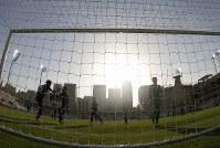 アジア杯【日本・トルクメニスタン】片側のゴールには強い日差しが容赦なく照りつけていた=UAEのアブダビで2019年1月9日、AP