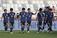 アジア杯【日本・トルクメニスタン】日本の3点目のゴールを決めて祝福される堂安=UAEのアブダビで2019年1月9日、AP