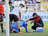 アジア杯【日本・トルクメニスタン】強い日差しと暑さのため、試合途中で体調を崩し座り込むトルクメニスタンのGKオラズムハメドフ=UAEのアブダビで2019年1月9日、AP