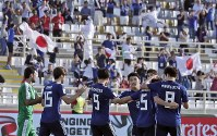 アジア杯【日本・トルクメニスタン】逆転ゴールを決めて喜ぶ日本の選手たち=UAEのアブダビで2019年1月9日、AP