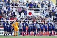 アジア杯【日本・トルクメニスタン】観客席にあいさつする日本代表の選手たち=UAEのアブダビで2019年1月9日、AP