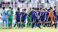 アジア杯【日本-トルクメニスタン】逆転で辛勝し、トルクメニスタンの選手とタッチをかわす日本代表の選手たちに笑顔はなかった=アラブ首長国連邦のアブダビで2019年1月9日、AP