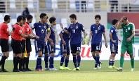 アジア杯【日本-トルクメニスタン】逆転で辛勝した日本代表の選手たちに笑顔はなかった=アラブ首長国連邦のアブダビで2019年1月9日、AP