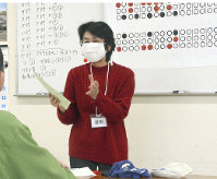 「点字サークル・ライト」の益田隆子代表(右)から点字の基礎を学ぶ受刑者=高松市松福町2の高松刑務所で
