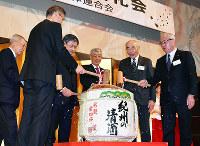 鏡開きをする各経済団体の幹部ら=和歌山市友田町5のホテルグランヴィア和歌山で、木原真希撮影