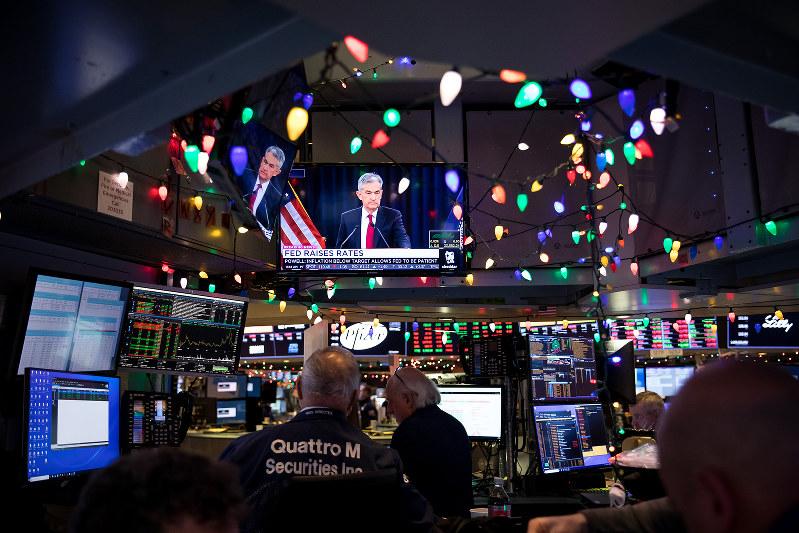 ニューヨーク証券取引所のトレーディングフロアのモニターに映る米連邦準備制度理事会のパウエル議長(Bloomberg)